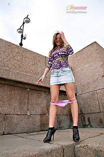 Ariana upskirts panty on the street