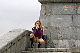 Jeans upskirt pussy of Iva on the bay